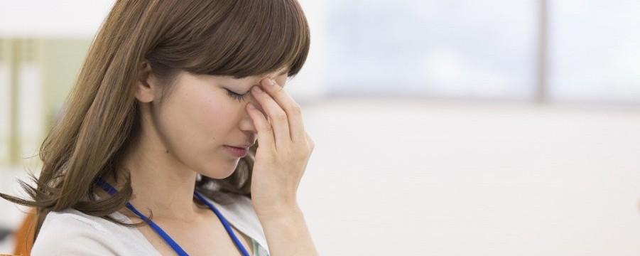 頭痛が辛い女性